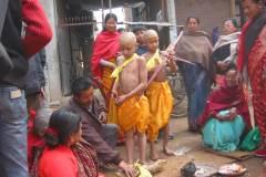 Erster Haarschnitt - Chudakarana - Jungen haben gelbe Kordeln als Kopfschmuck