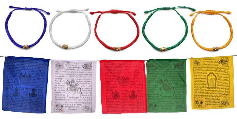 Fünf Glücksarmbänder mit Buddhakopf und Gebetsfahnen