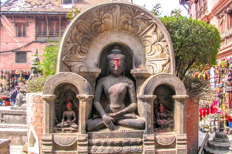 Buddha Shakyamuni aus Stein in Kathmandu, Nepal