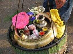 Tragekorb gefüllt mit hinduistischen Opfergaben