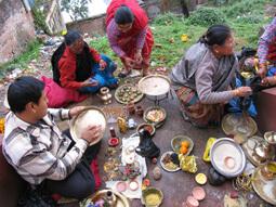 Hindu Familie beim vorbereiten von Opfergaben