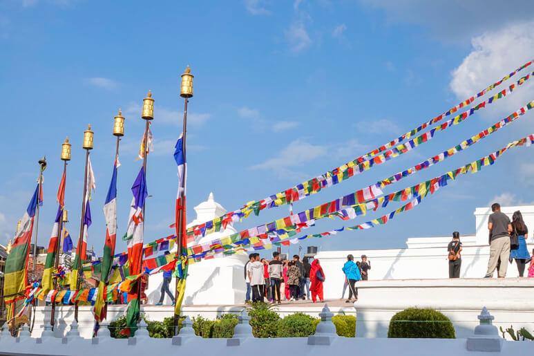 Nepal - Tempelanlage mit Gebetsfahnen und Gebetsstandarten