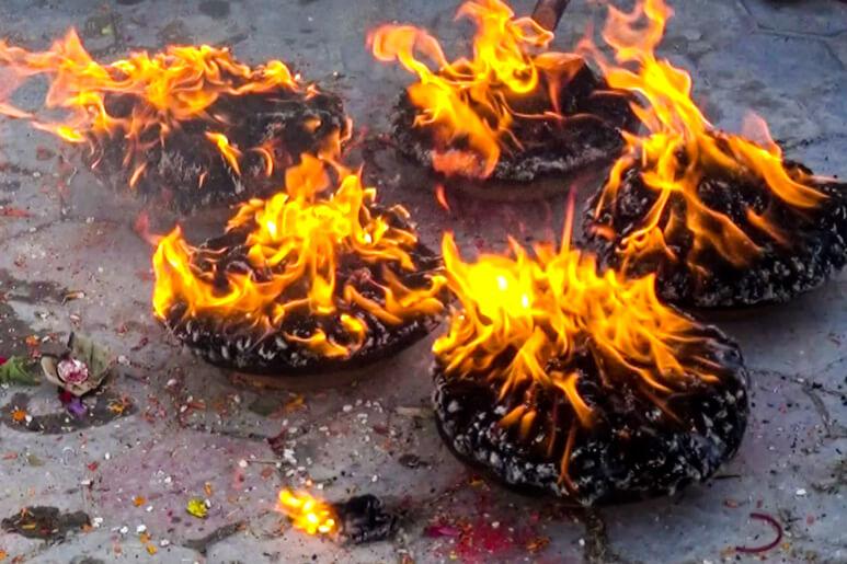 Räucherzeremonie Räucherschalen in Nepal