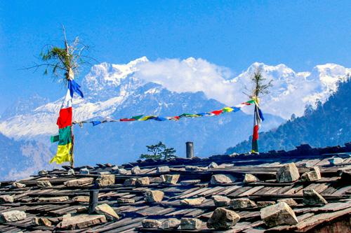 Hausdach im Himalaya mit Gebetsstandarte und Gebetsfahnen