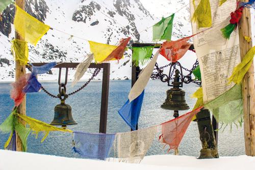 Tempelanlage mit Gebetsfahnen im Himalaya