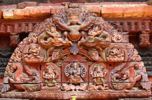 Türbogen eins hinduistischen Tempels mit Hindu Gottheiten in Kathmandu, Nepal.