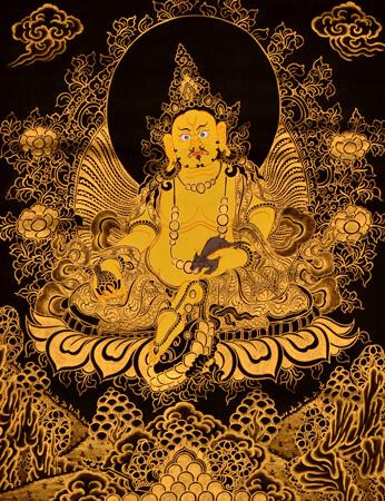 Thangka Kubera mit goldfarben auf schwarzem Hintergrund