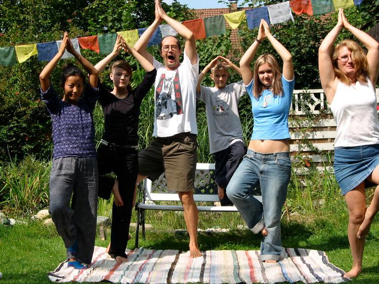 Familie Held beim Yoga im Garten